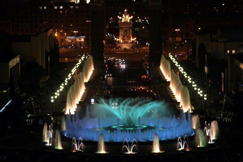 Fuente Mágica y Plaza España iluminada