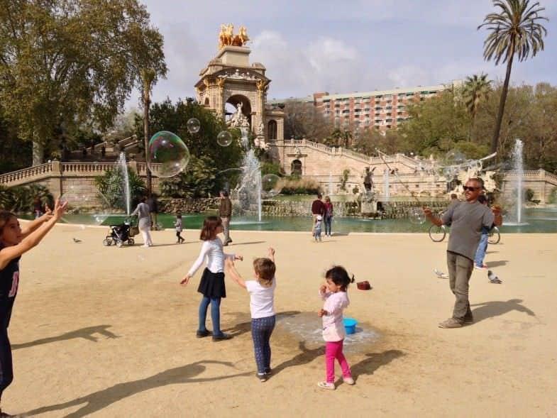 Niños jugando frente a la cascada principal