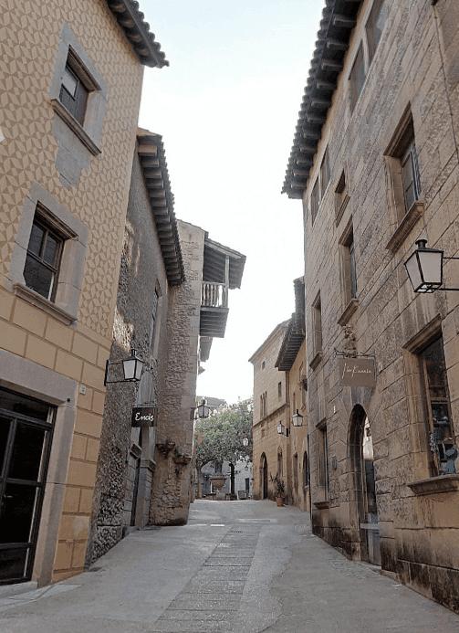 Calle de Mercaders, en el Pueblo Español de  Barcelona