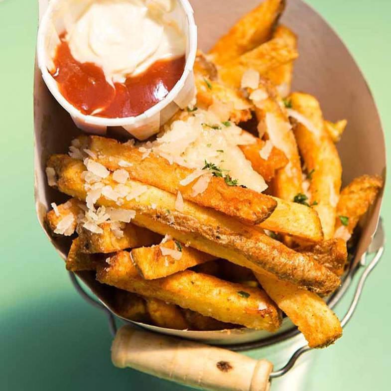 Patatas fritas con ajo, perejil y parmesano