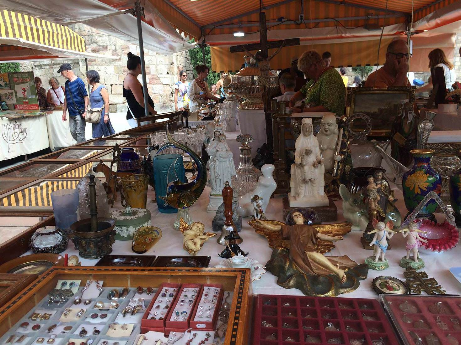 Mercadillo de antig edades de la catedral un buen d a en - Mercado antiguedades barcelona ...