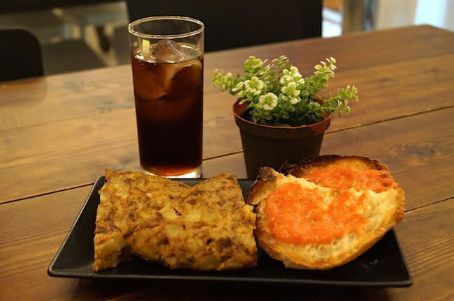 Crum - Tortilla de cebolla y pan con tomate