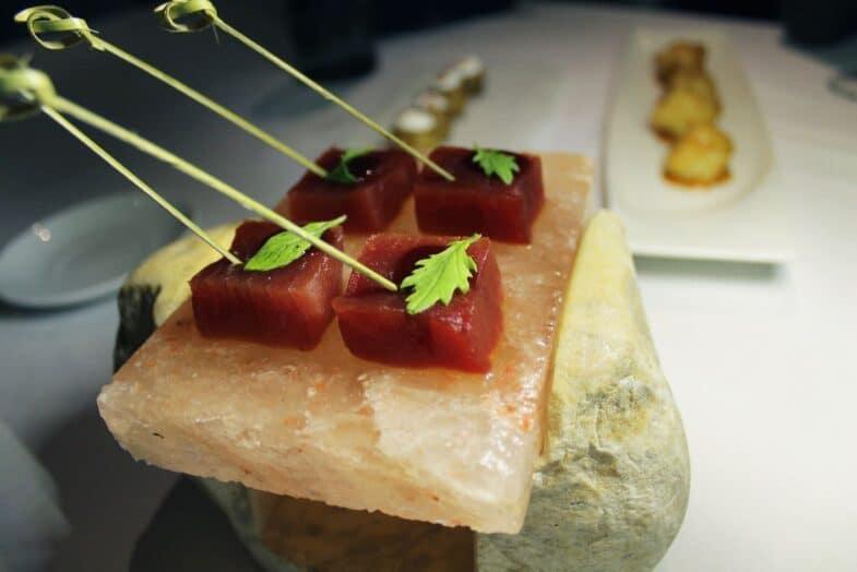 Dados de atún con salsa de soja y limón