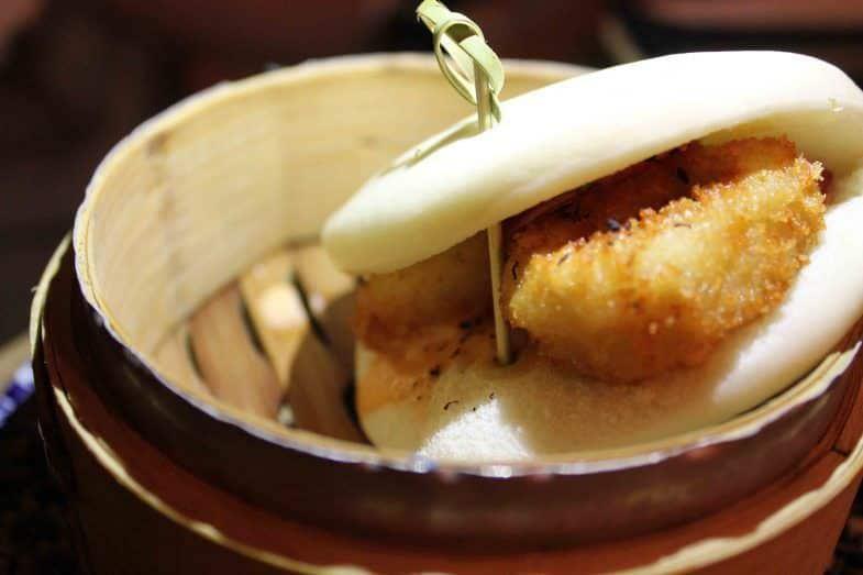 Bocadillo de calamares con pan de vapor y salsa kimchi