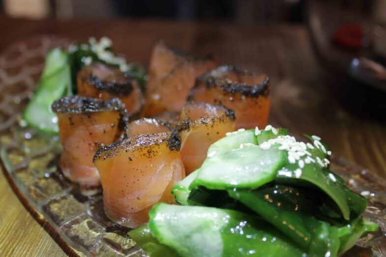 Salmón con algas wakame