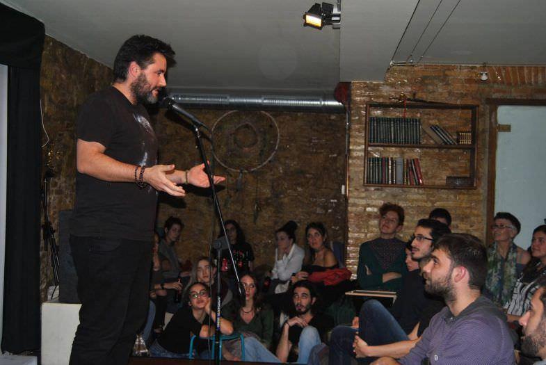 Jaume Muñoz recitando en Ajuste de Versos