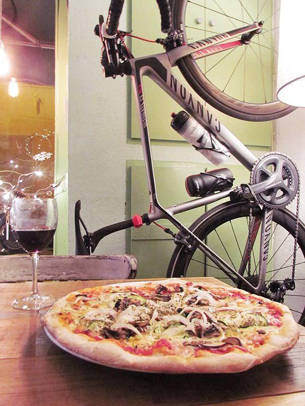 Recomendada: Contador, pizza vegetariana de tomate, mozzarella, berenjenas, calabacín, champiñones y cebolla
