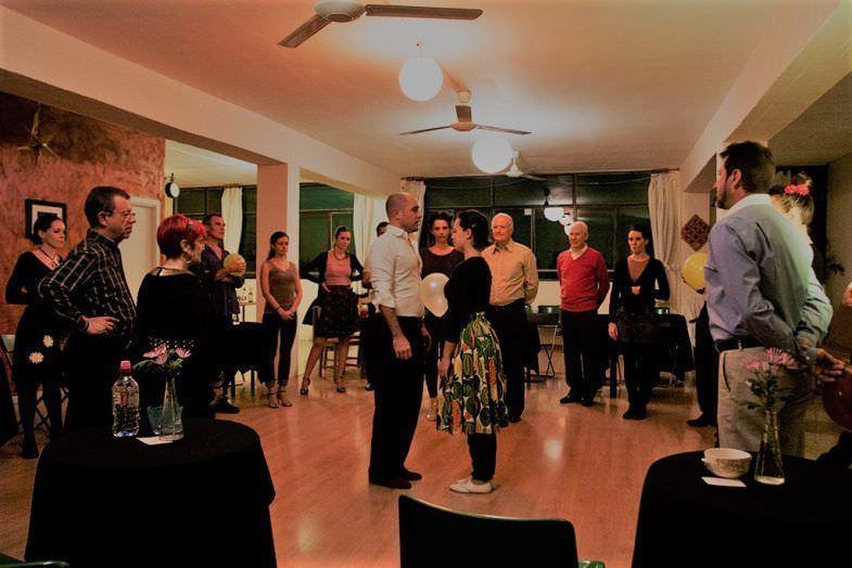 Explicación de los profesores en la clase de tango