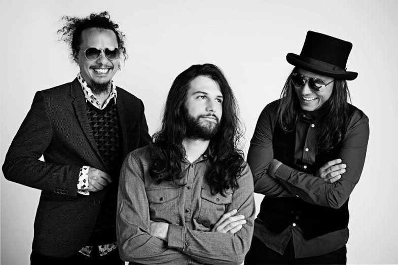 Carlos Mendoza (guitarra y voz), Willbert Álvarez (guitarra y voz) y Eduardo Benatar (batería)
