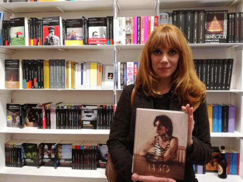 "Paula Bonet con su libro ""La Sed"""