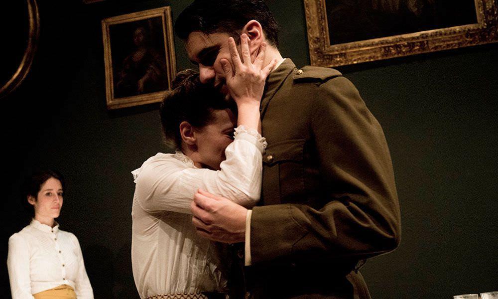 La sobriedad de la escena hace destacar la interpretación de los actores