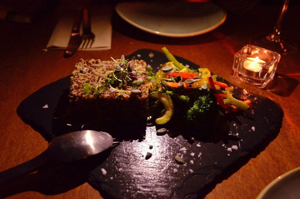 Ensalada con dos tipos de quinoa y vegetales del Penedés