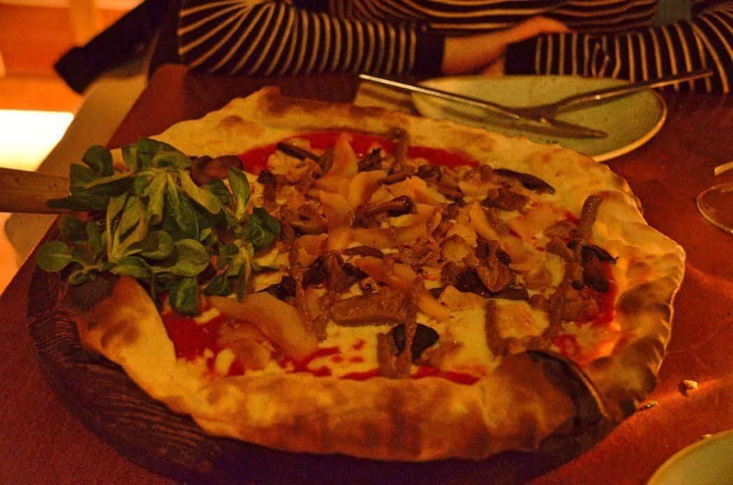 Las pizzas de Zaro Km son finas y crujientes