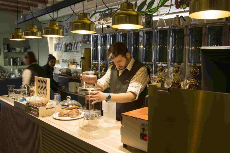 Los baristas son especialistas en el arte de preparar las bebidas