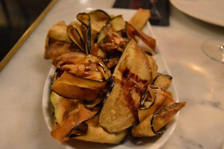 Chips de berenjena con miel y lima