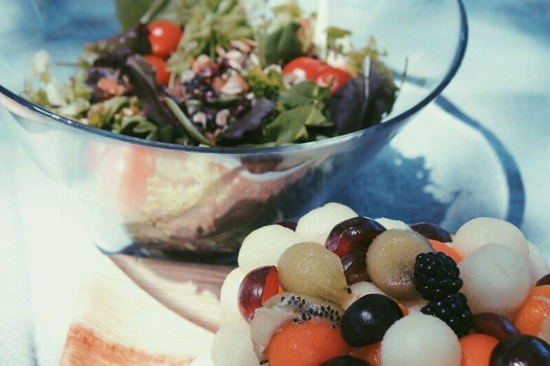 Ensalada y Fruta fresca