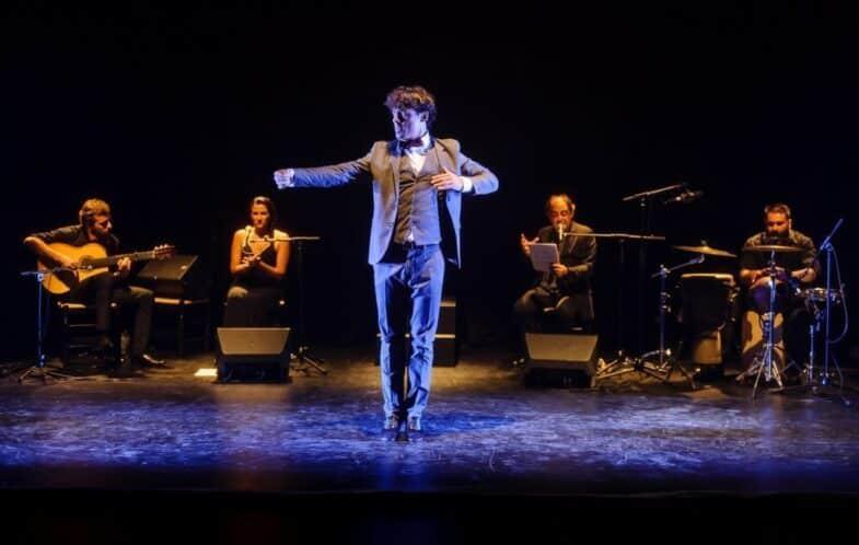 Escena de baile, con el resto del reparto de fondo (Fotografía de Josep Aznar).