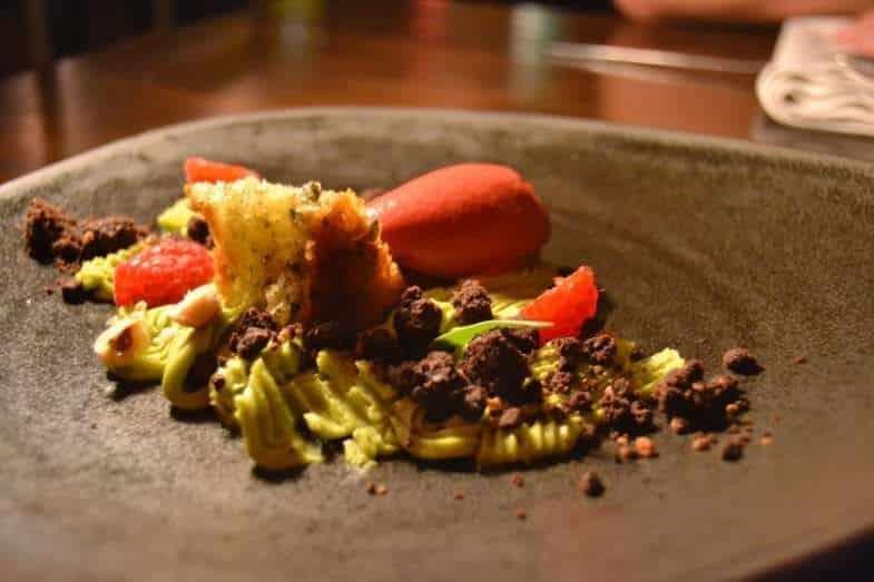 Cremoso de albahaca, sorbete de frambuesa-avellana y bizcocho de aceite de oliva extra