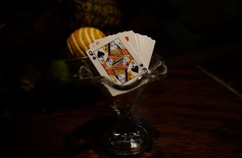 Juego de cartas que utilizan como posavasos (Žygimantas Bruzgys)