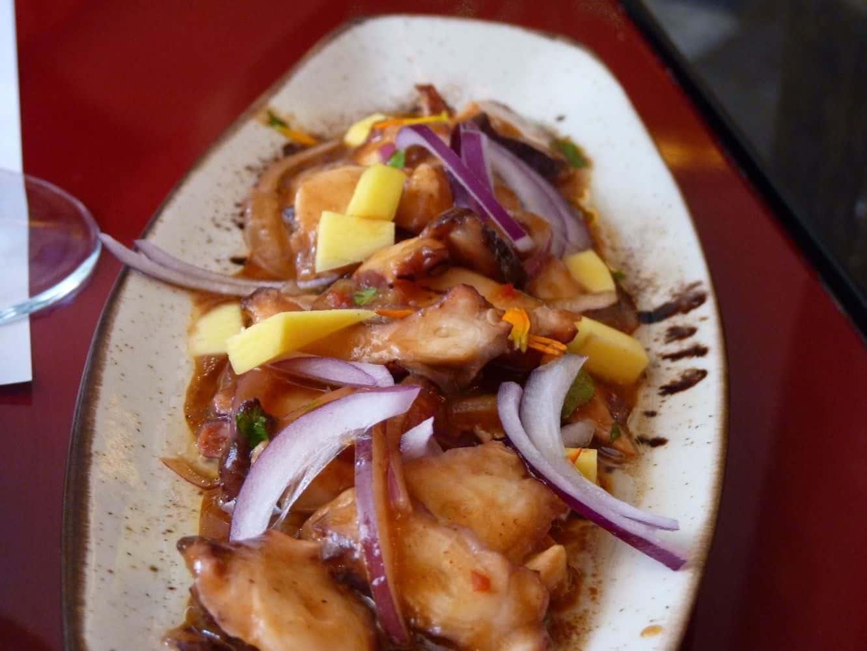 Tiradito de pulpo con mango, jengibre, lima y tamarindo