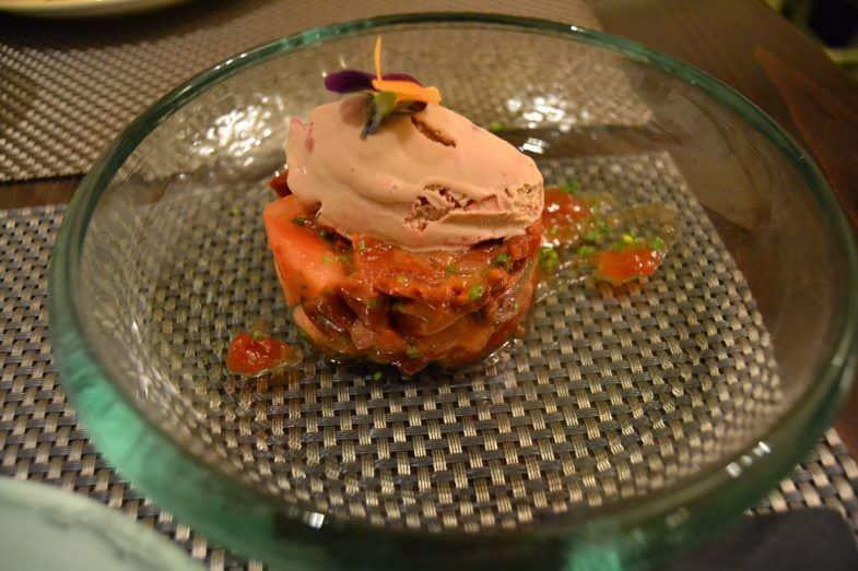 Tartar de tomate con helado de módena y frambuesa