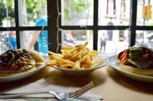 Hamburguesas y patatas fritas en El Filete Ruso