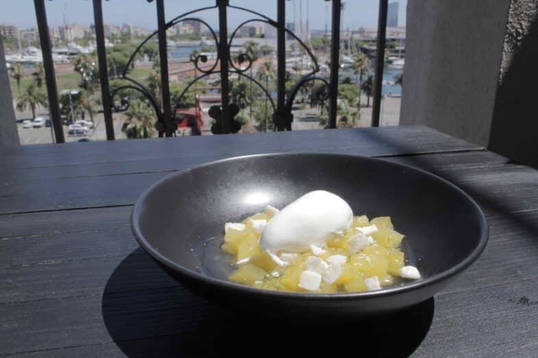 Dados de piña macerados con anís, helado de coco y eneldo