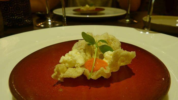 Crujiente de arroz con queso jban, harissa y toque de aceite de Argán.