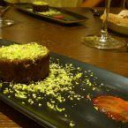 Tarrina de Foie y khlia, cremoso de ciruela y pistacho.