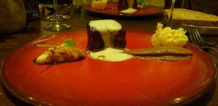 Meloso de cordero con harcha y zaaluk de berenjena con tostada de piñón.
