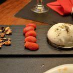 Burrata con humo de romero, compota de tomate cherry y muesli