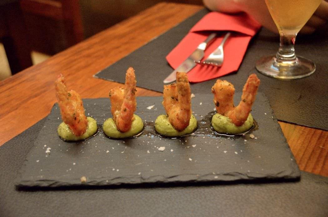 Langostinos empanados con guacamole de wasabi