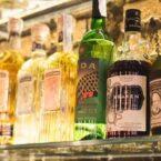 Diversidad de bebidas en barra.