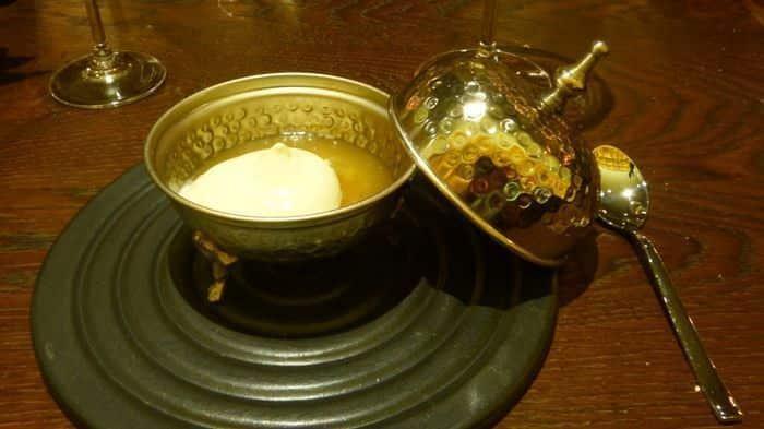 Mousse de chocolate blanco con un toque de María Luisa aromatizado con té a la menta.