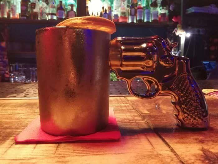 No dejes de probar el Colombian Mule en bar Mi País