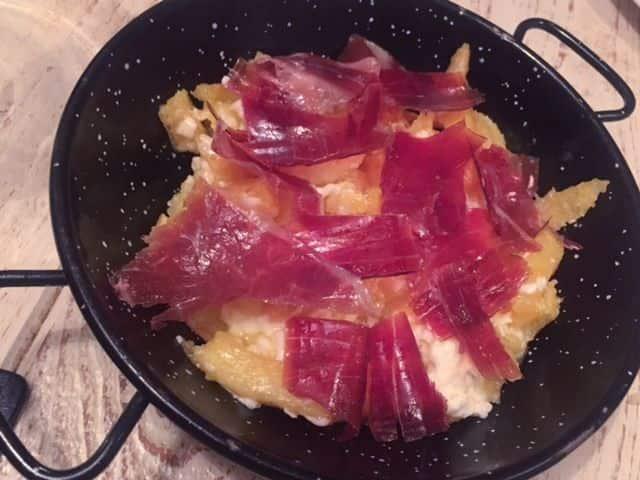 Cazuelita de huevos rotos con jamón