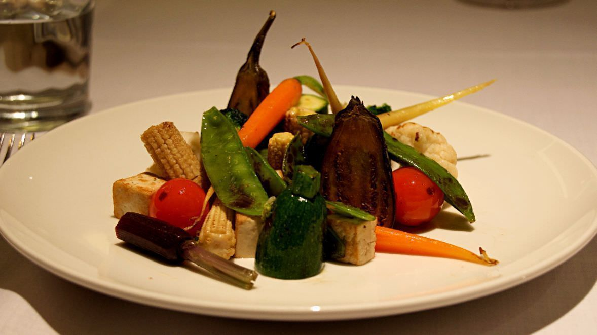 Mini verduras y tofu al grill y salsa de romesco