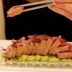 Tataki de atún de Almadraba, crema de aguacate, salsa de pesto rojo y cebolla encurtida