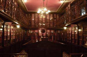 Al interior de la Biblioteca Arús