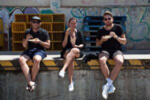 Amigos disfrutando de Eat Street
