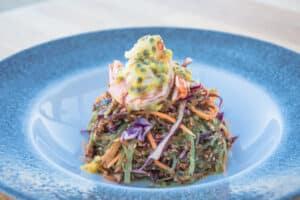 Ensalada de alga Wakame y langostinos, refrescante y única.