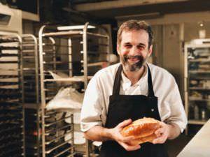 Daniel sosteniendo un pan japonés
