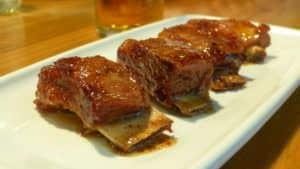 Costillas de cerdo ibérico con miel y mostaza de Tapeo.