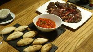 Ingredientes del bocadillo de entrecot de vaca vieja a la brasa con pimientos del piquillo de SAGARDI.
