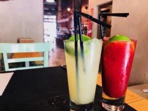 Limonada con gengibre y limonada con frutos rojos