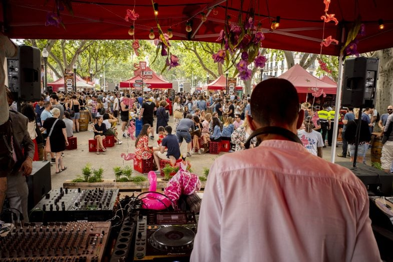 El evento cuenta con sesiones de DJs en directo.