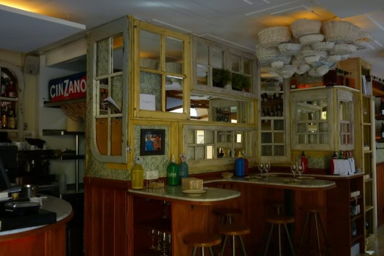 La barra se convierte en un espacio con forma de mesas gracias a su forma suntuosa.