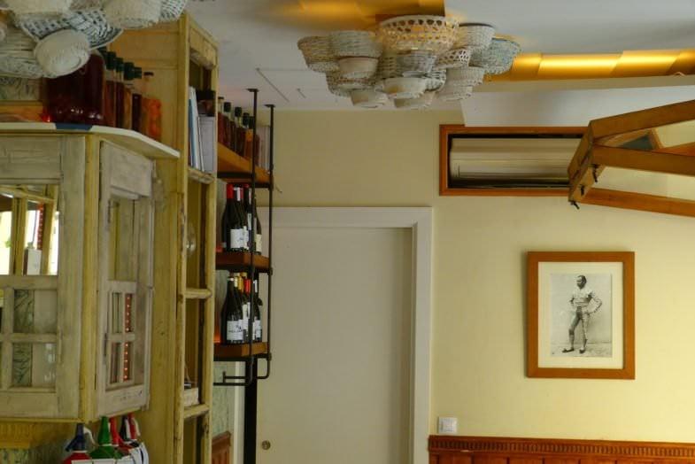 El local cuenta con una cuidada decoración suave y cálida.