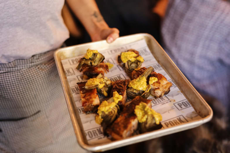 Costillas y alcachofas cocinadas al horno.