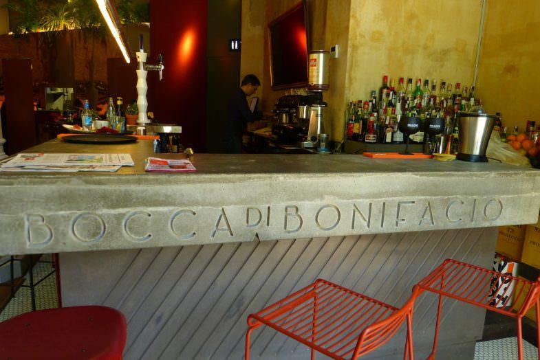Barra del local, con una talla con el nombre del restaurante.